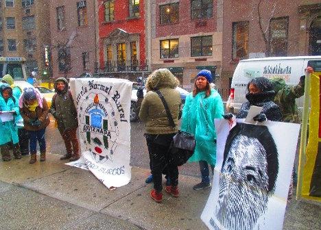 Las inclemencias del clima no detuvieron a los activistas para exigir justicia por Ayotzinapa. Foto: Israel Galindo