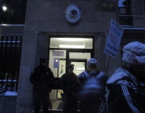 Guardias de seguridad llegaron a simpatizar con los activistas por Ayotzinapa. Foto: Israel Galindo