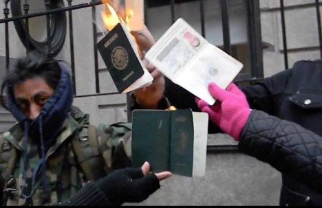 La indignación contra un gobierno criminal se manifiesta en la quema de pasaportes. Foto: Israel Galindo